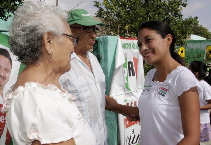 Marisol Sotelo, candidata del PRI a diputada, durante uno de sus recorridos por la 40 colonias que conforman el II Distrito local. (SIPSE)