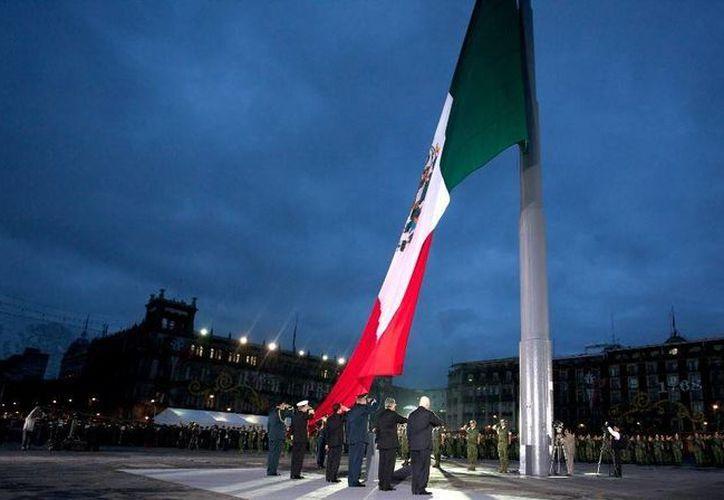 A las 07:19 horas se accionó el mecanismo del asta para elevar la Bandera Nacional.  (presidencia.gob.mx)