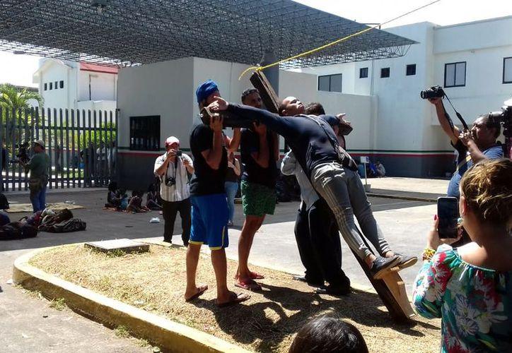 """""""Basta de detención, basta de deportaciones!"""", lanzaron los caribeños. (Foto: Reforma)"""