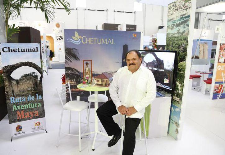 Eduardo Espinosa Abuxapqui, en su estand. (Redacción/SIPSE)