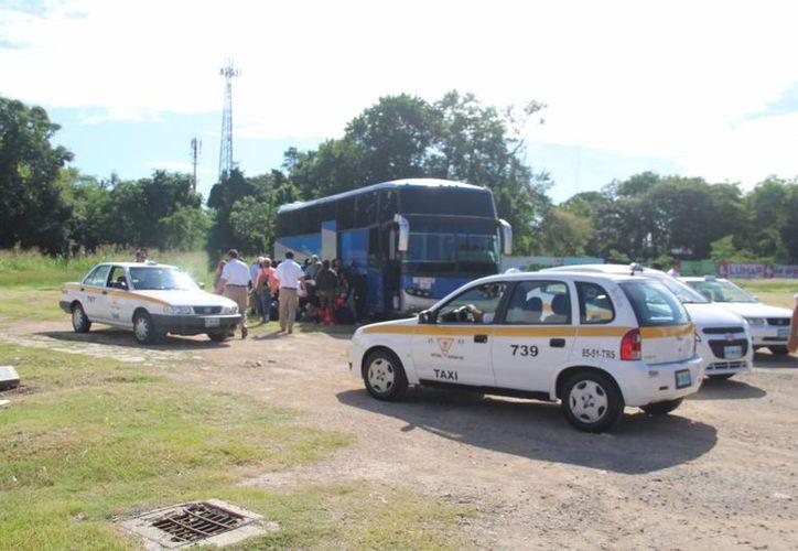Un grupo de taxistas frenó el tránsito a un autobús que trasladaba turistas, en Chetumal. (Eddy Bonilla/SIPSE)
