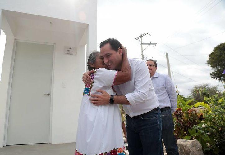 El Alcalde fue recibido por los vecinos de San Matías Cosgaya. Entregó tres cuartos de baño con biodigestores y calentadores solares. (Milenio Novedades)