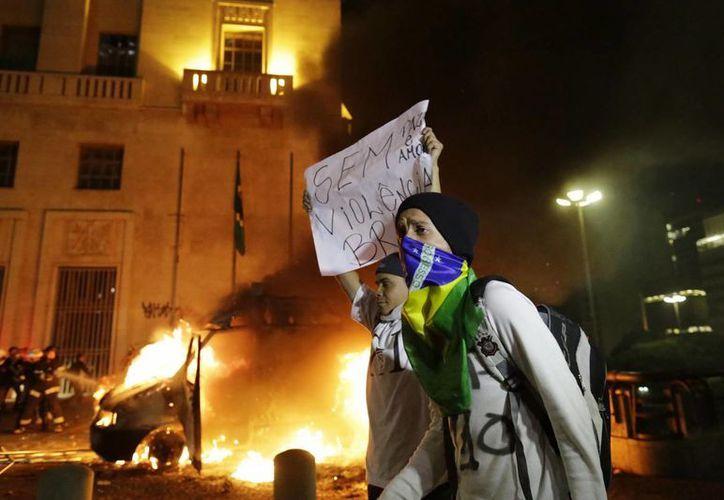 En algunas ciudades las manifestaciones se tornaron violentas. (Agencias)