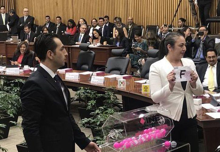 El Consejo General del INE, se realizó la insaculación de la letra del primer apellido de los ciudadanos que tendrán la función. (Foto: Milenio.com)