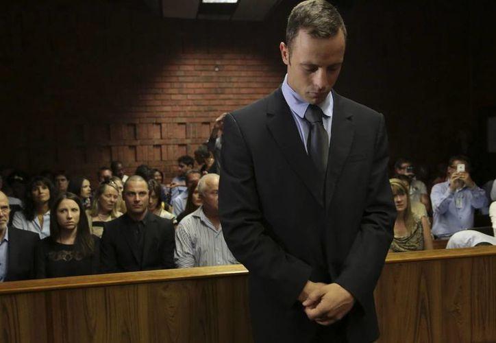El atleta sudafricano Oscar Pistorius, acusado del asesinato de su novia, la modelo Reeva Steenkamp, en el banquillo de los acusados. (EFE)