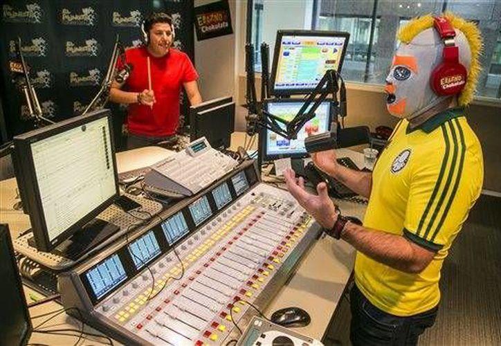 """El conductor de radio Oswaldo Diaz """"Erazno"""" (derecha) y Daniel Perez """"El Garbanzo"""" mientras graban el programa de radio """"El Show de Erazno y La Chokolata"""" en Los Ángeles. (AP)"""