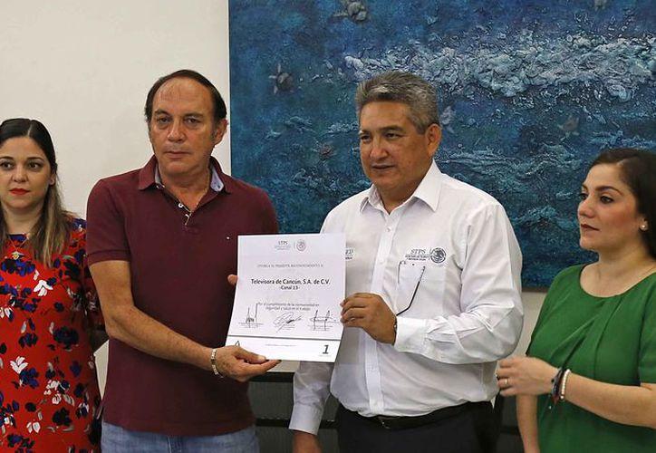 El gerente general de Tvcun recibió el reconocimiento de manos del delegado federal del Trabajo en el estado. (Jesús Tijerina/SIPSE)
