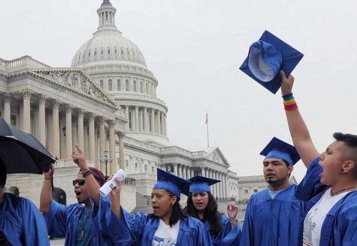 Un grupo de dreamers durante una protesta en el 2013 en el exterior del Capitolio en Washington, DC. (Archivo/EFE)
