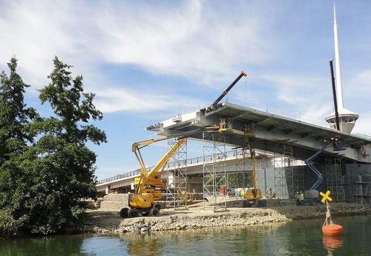 La historia de la construcción del puente Cau Cau ha estado marcada por varios despropósitos desde 1991. (Richard Espinoza/CC BY-SA 3.0)
