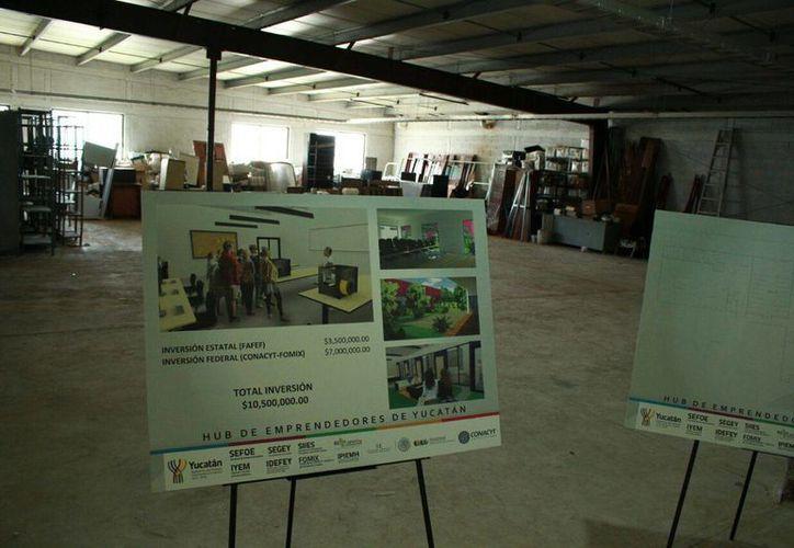 Letrero que muestra los detalles del proyecto del 'hub' de negocios que presentó este viernes el Gobierno del Estado. (Jorge Acosta/SIPSE)