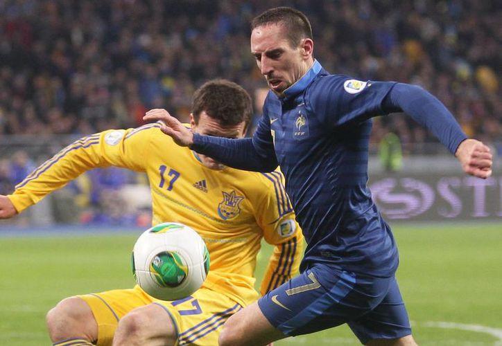 El francés Frank Ribery (primer plano) disputa el balón con el ucraniano Artem Fedetsky. (Agencias)