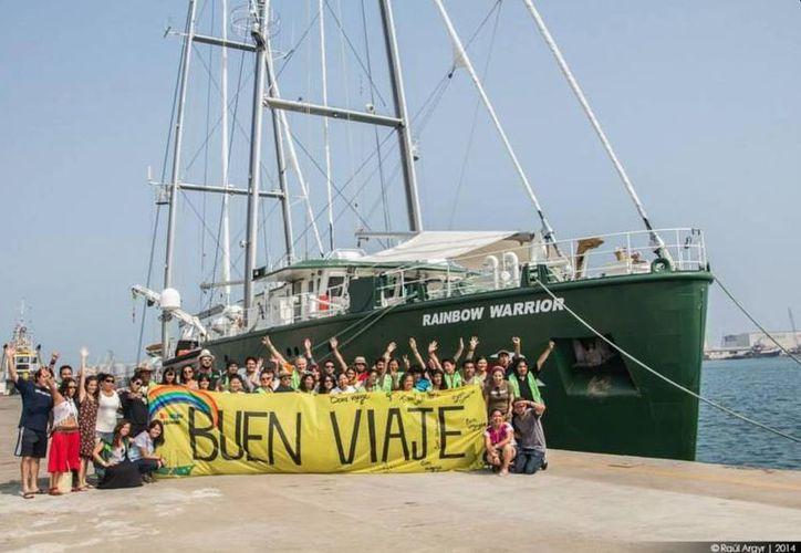 Miles de veracruzanos acudieron al puerto a conocer el buque 'Rainbow Warrior' de Greenpeace. (Twitter.com/@greenpeacemx)