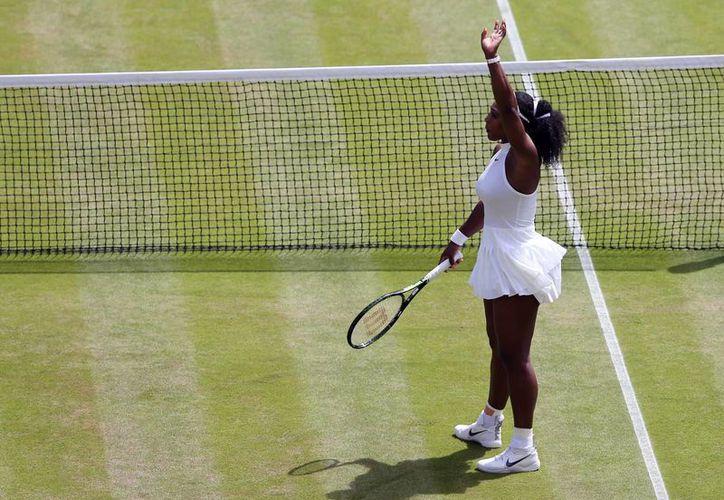 La estadounidense Serena Williams celebra su triunfo ante la rusa Elena Vesnina, en Wimbledon, Londres. (Justin talis/Foto vía AP)