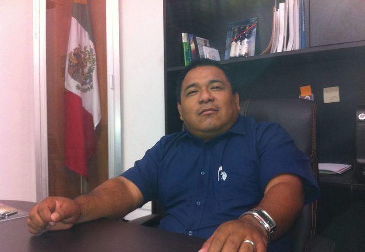 El presidente municipal de Tixpéual, José Ángel Mex Salas, durante la entrevista. (Jorge Moreno/SIPSE)