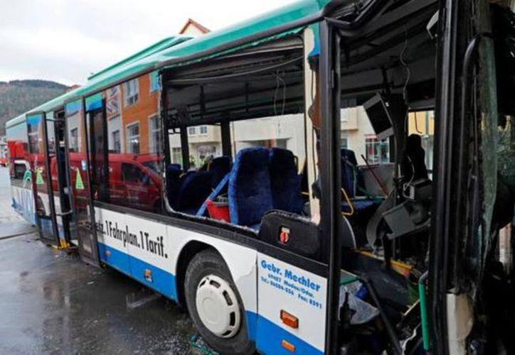 El autobús se impactó contra  la pared de un establecimiento comercial. (Foto: La Nación/Twitter)