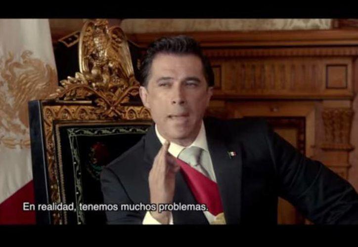 En una escena de 'La Dictadura Perfecta', Sergio Mayer recrea las dificultades del presidente Peña Nieto para expresarse en idioma inglés con un diplomático estadounidense. (Captura de pantalla/YouTube)