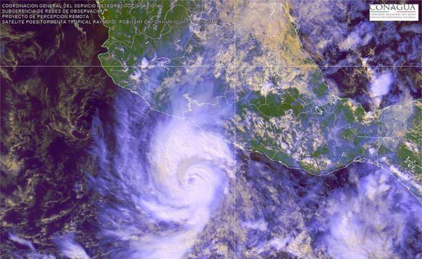 El huracán se mueve a cuatro kilómetros por hora. (EFE)