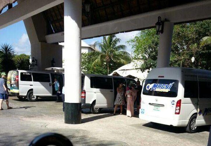 Ayer se reavivó el conflicto entre taxistas y conductores de las camionetas Van que esperan pasajeros en el sitio al interior del Grand Coral.  (Octavio Martínez/SIPSE)