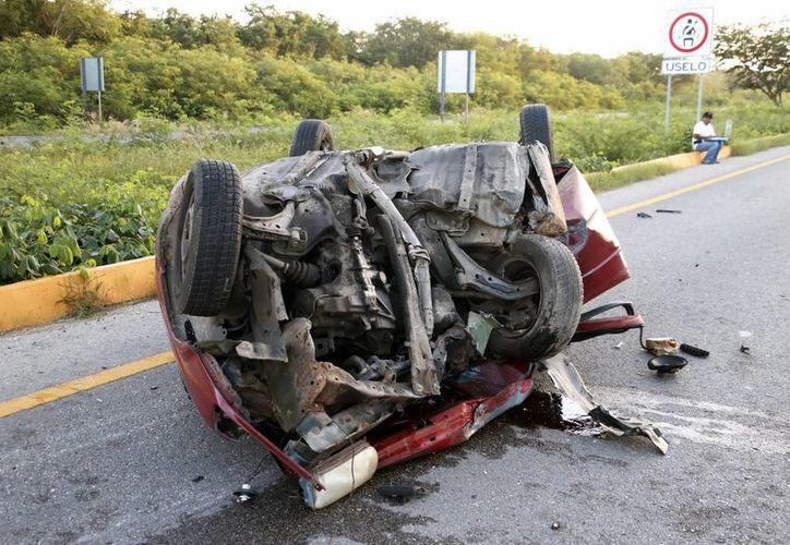 El Tsuru quedó hecho un manojo de hierros retorcidos en la carretera Mérida-Campeche. No hubo lesionados. (Milenio Novedades)