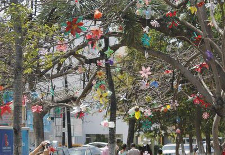 Las flores que iluminan el árbol fueron elaboradas en tres meses. (Jesús Tijerina/SIPSE)