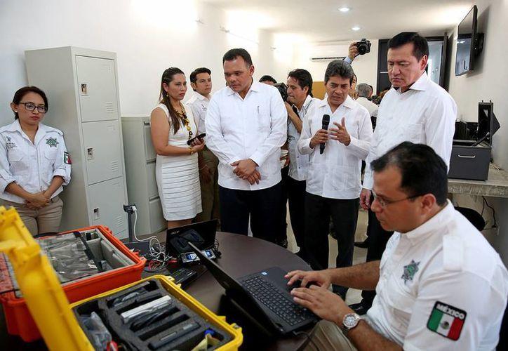 Este lunes se puso en marcha en Yucatán la Unidad Especializada en el Combate al Secuestro (Uecs), en presencia del gobernador Rolando Zapata y del secretario de Gobernación, Miguel Angel Osorio Chong. (Fotos cortesía del Gobierno estatal)