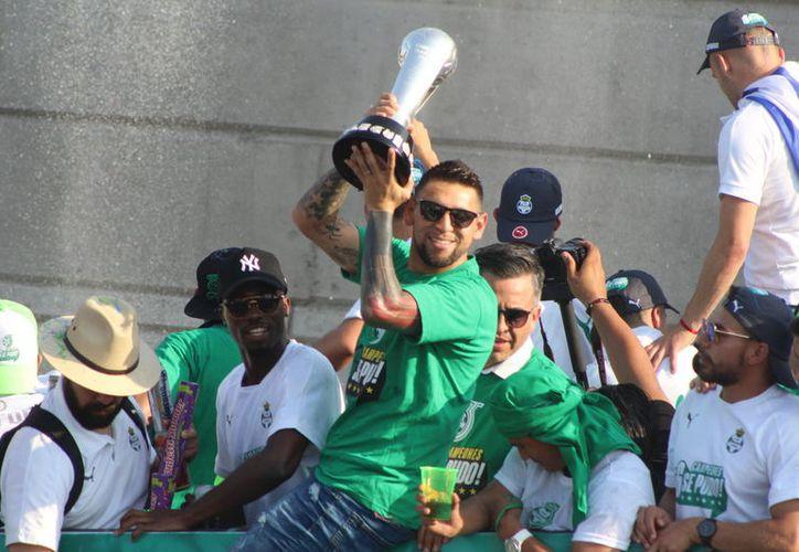 En los festejos de Santos como campeón, varios aficionados recordaron esta predicción y le dedicaron múltiples porras a Mhoni Vidente. (Vanguardia MX)