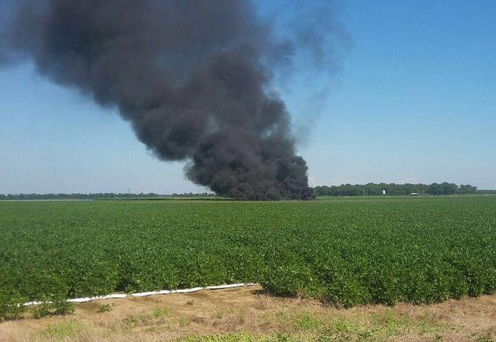 Al menos seis personas fallecieron luego de que un avión militar se estrelló esta tarde en Misisipi. (@IndianolaMSnews/Twitter)