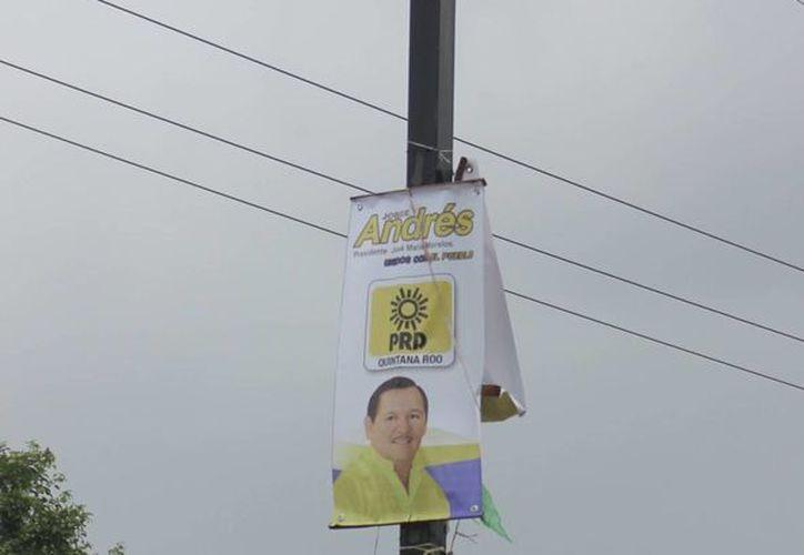 El PRD no ha limpiado de propaganda los lugares públicos. (Carlos Yabur/SIPSE)