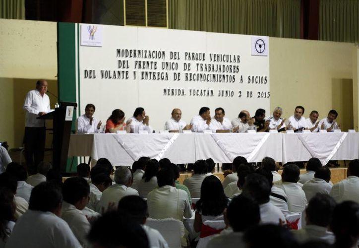 Durante la despedida de Nerio Torres Ortiz se hizo entrega de 100 unidades de taxi y colectivos. (Christian Ayala/SIPSE)