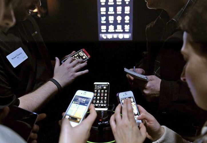 El auge de tabletas, teléfonos inteligentes y aplicaciones creará nuevas oportunidades para las instituciones financieras. (EFE/Archivo)