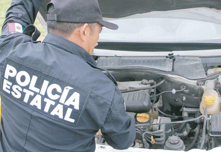 Los agentes se apoyan con equipo básico para auxiliar a los conductores cuyo automóvil presenta algún desperfecto menor. Su servicio es gratuito. (Milenio Novedades)