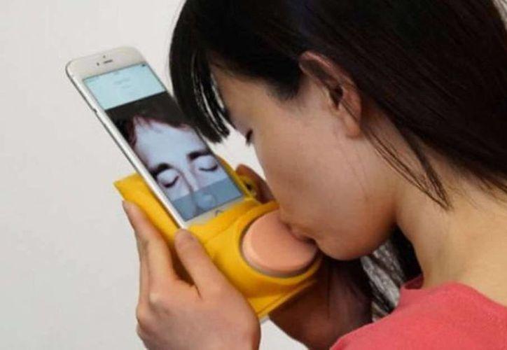 Esta gadget  permitirá que beses a tu pareja a través de Internet. (Kissenger)