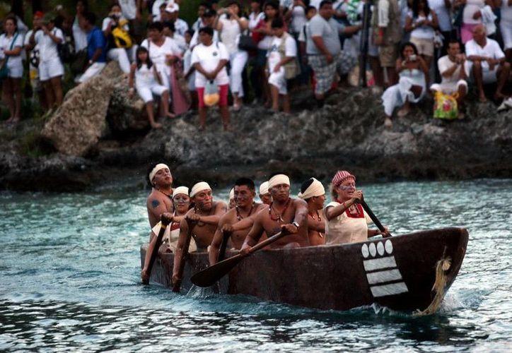 La Travesía Maya, que se lleva a cabo en el parque Xcaret, atrae a gran número de paseantes a la Riviera. (Foto/Internet)