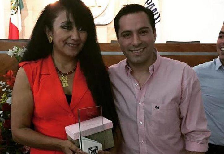 Gina Villagómez Valdés acompañada de Mauricio Vila, al concluir la conferencia. (Milenio Novedades)