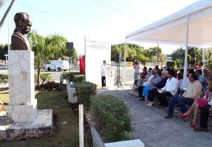 Roger Metri, director de Sedeculta, presidió la ceremonia anual por el Día de la Identidad Latinoamericana y del Caribe, en el Parque de las Américas, frente al busto de José Martí. (Milenio Novedades)