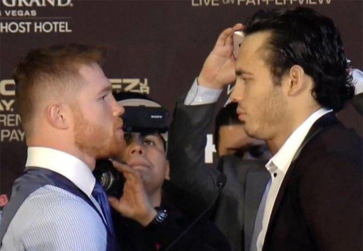 """Los boxeadores mexicanos Saúl """"Canelo"""" Álvarez (i) y Julio César Chávez Jr volvieron a reunirse para la gira promocional de su pelea. La gira termina este viernes en Los Ángeles.(Foto:(@ZanferBox)"""