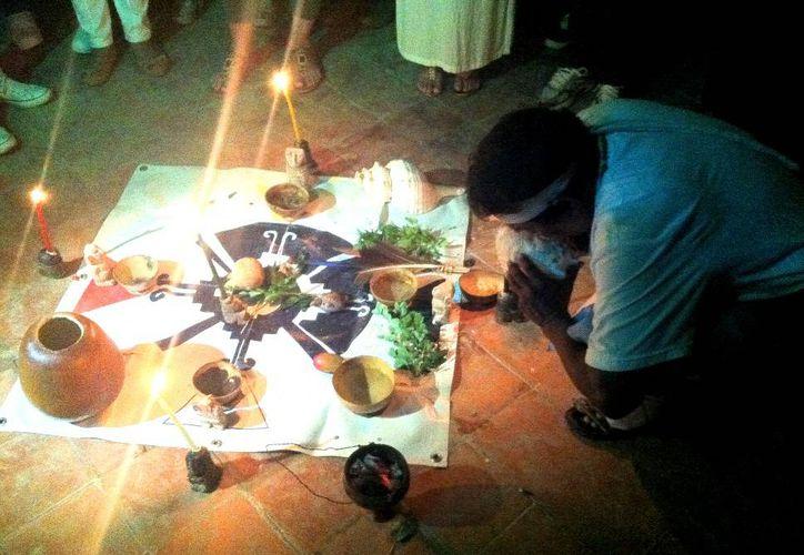 El sacerdote maya J'Men Don Tiburcio Can May realizó la ceremonia por la paz en la nación en el cenote el Tívoli de Bancarios. (Milenio Novedades)