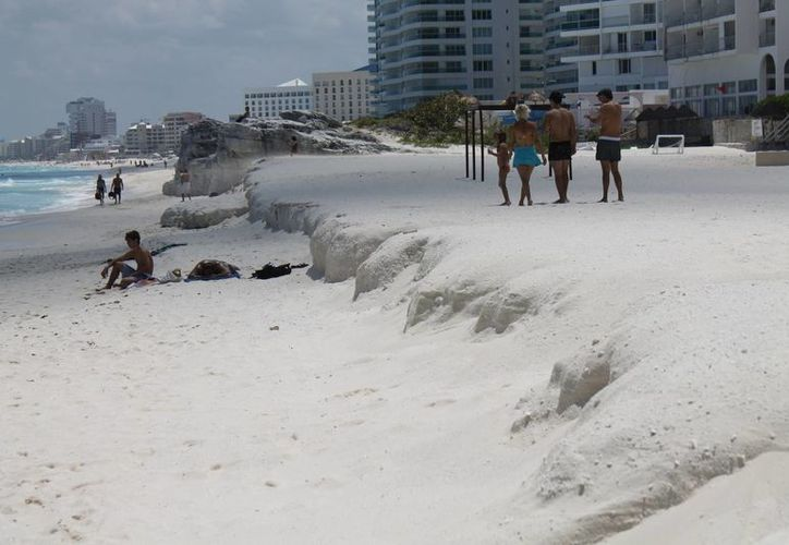El sector hotelero quiere conocer las estrategias que se seguirán para recuperar los arenales en caso de un fenómeno climático. (Jesús Tijerina/SIPSE)