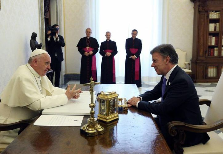 El papa Francisco conversa con el presidente de Colombia, Juan Manuel Santos, durante una audiencia privada este  Lunes 15 de junio de 2015 en el Vaticano.(AP)