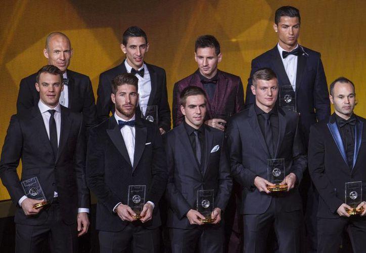 Arjen Robben (en la fila de atrás, a la izquierda), quien dice que ha tenido cinco grandes años con Bayern, aparece en esta foto como integrante del Once Ideal de la FIFA durante la entrega del Balón de Oro. (Foto de archivo de Notimex)