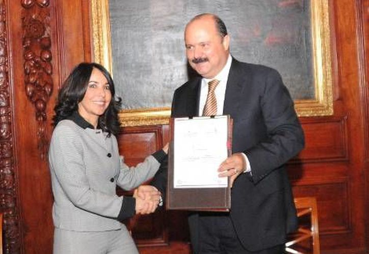 El gobernador César Duarte recibe el acta para la Actualización y Fortalecimiento de la Implementación del Sistema Oral en Chihuahua. (Milenio)
