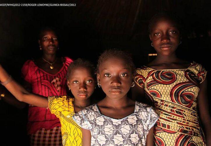 Imagen de una mujer y sus hijas en Cambadju, pueblo de Guinea-Bissau, que ha abandonado la práctica de mutilación genital femenina. (Foto: www.old.unicef.es/Roger Lemoyne)