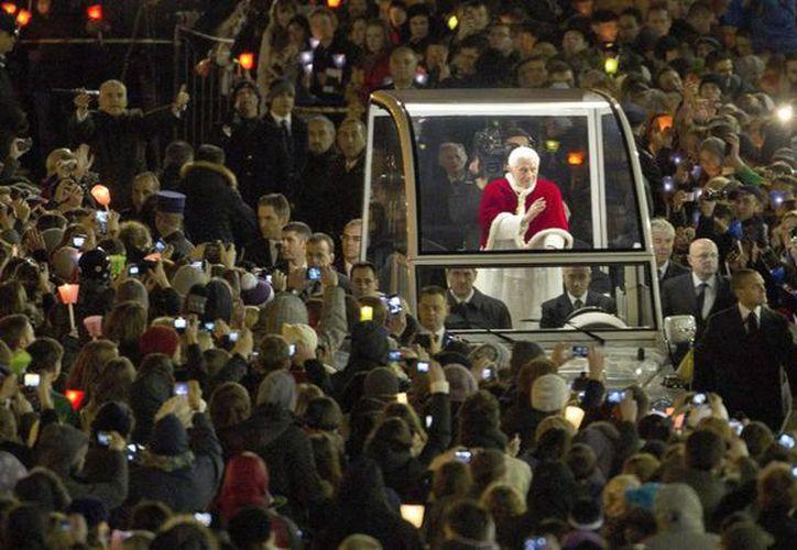 El Papa Benedicto XVI saluda desde su papamóvil a su llegada a la Plaza de San Pedro. (EFE)