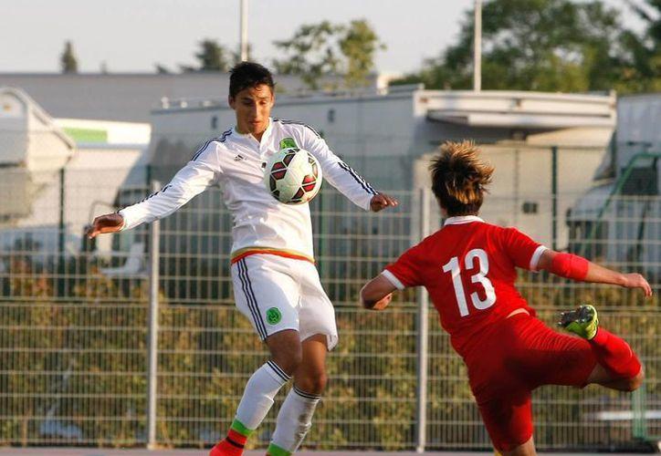 Carlos Cisneros (i) fue el anotador de los dos goles de México en el partido contra China, que terminó 2-0, en la segunda ronda del Torneo Esperanzas de Toulon. (Foto: AP)