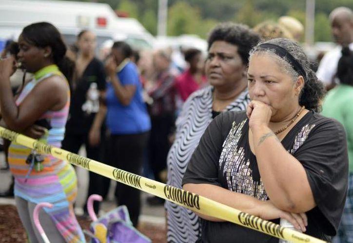 Imagen de varias madres al esperar a sus hijos tras producirse disparos en una escuela secundaria de Filadelfia, Estados Unidos (Archivo/EFE)