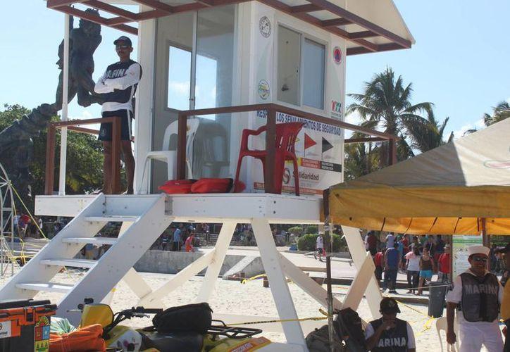 Los guardavidas no eran suficientes para la cantidad de gente que llego a las playas. (Carlos Calzado/SIPSE)