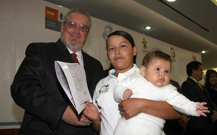 Entrega de apoyos económicos a beneficiarias del programa de Becas de Apoyo a la Educación Básica de Madres Jóvenes y Jóvenes Embarazadas, para que concluyan su primaria y secundaria, en Pachuca. (Notimex)
