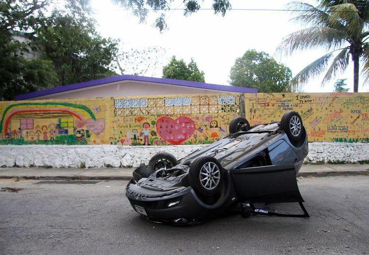 El vehículo de una conductora  terminó con las llantas arriba, en calles de la colonia Benito Juárez Oriente. (Jorge Pallota/SIPSE)