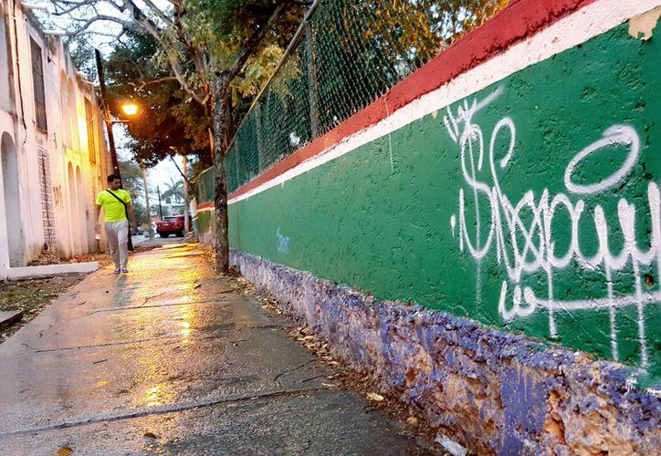 La barda de la escuela 'Ciudades Hermanas Wichita Cancún' está 'decorada' con graffitis. (Jesús Tijerina/SIPSE)