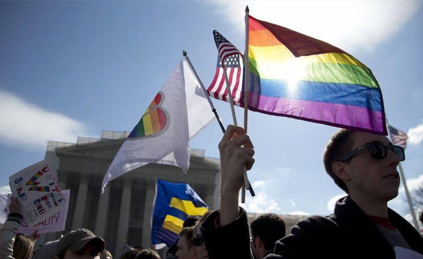 Decenas de activistas protestan frente a la Corte Suprema de Justicia de EU pidiendo la derogación de la ley que impide que personas del mismo sexo puedan casarse. (Agencias)